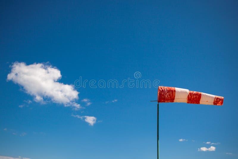 Rote Windschaufel gegen einen blauen Himmel lizenzfreies stockfoto