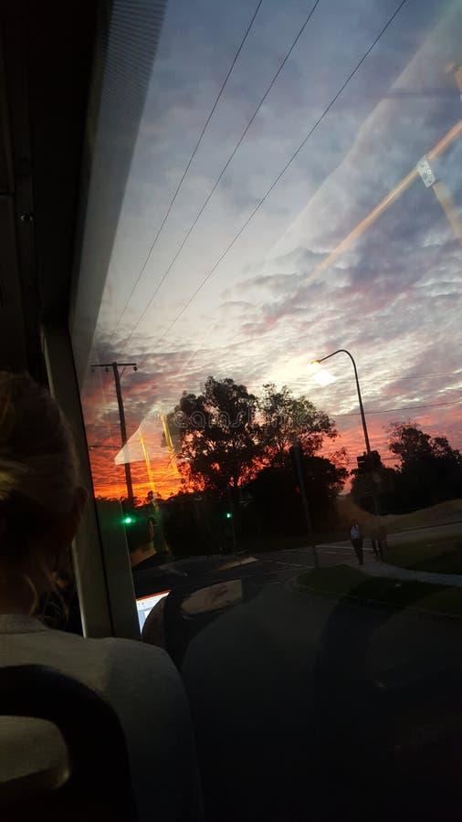 Rote Wolkenseite des Busfensters lizenzfreie stockfotos