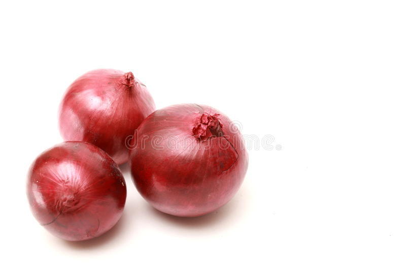 rote Zwiebel drei auf weißem Hintergrund stockbild