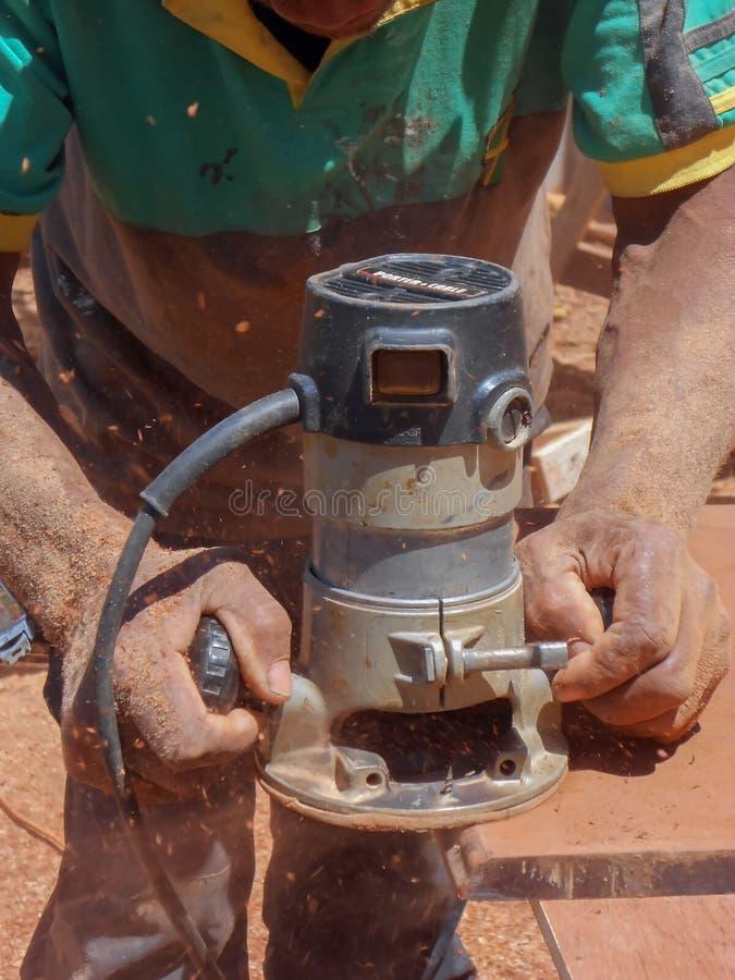 Roteador do Woodcarving na ação imagens de stock