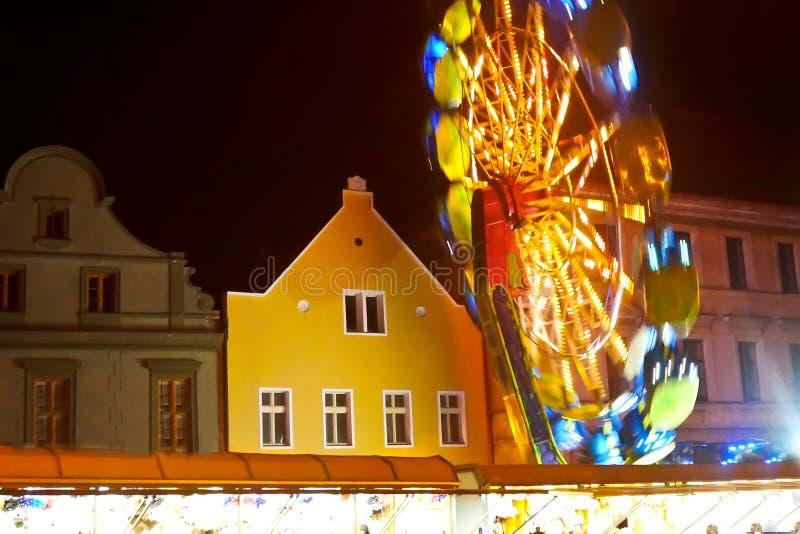 Roteert vrolijk-gaan-rond in de Stad stock fotografie