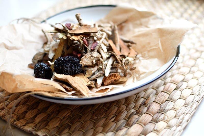 Roteiro chinês da medicina tradicional Tisana com jujuba, bagas do goji, raizes do gingseng e outro no papel de pergaminho no neu foto de stock