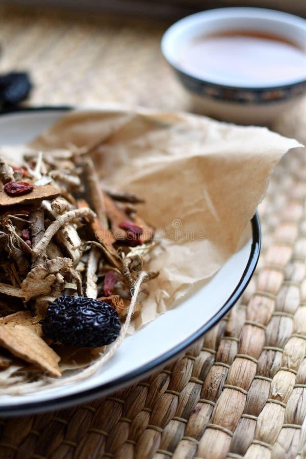Roteiro chinês da medicina tradicional Tisana com jujuba, bagas do goji, raizes do gingseng e outro no papel de pergaminho no neu fotografia de stock royalty free