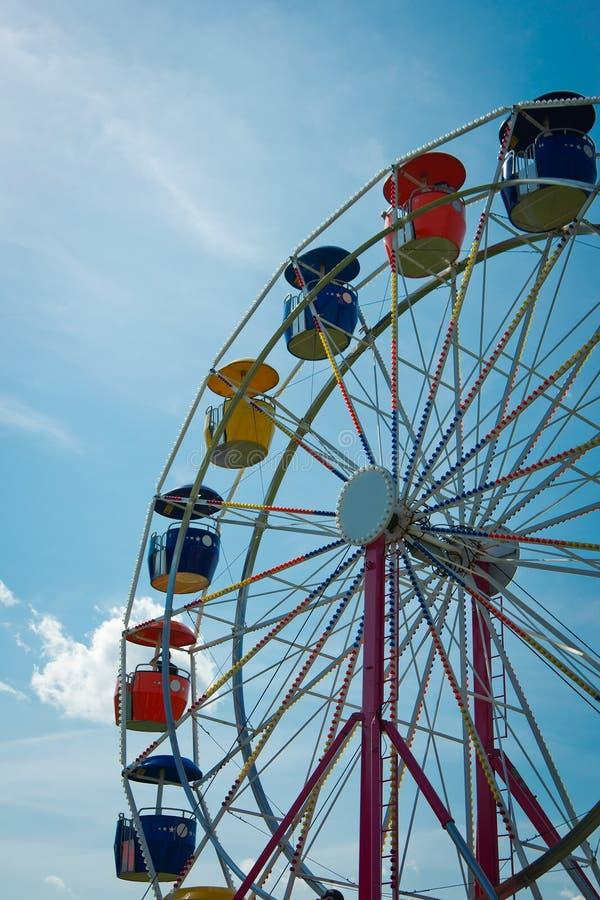 Rotella di Ferris contro luminoso, cielo blu fotografie stock libere da diritti