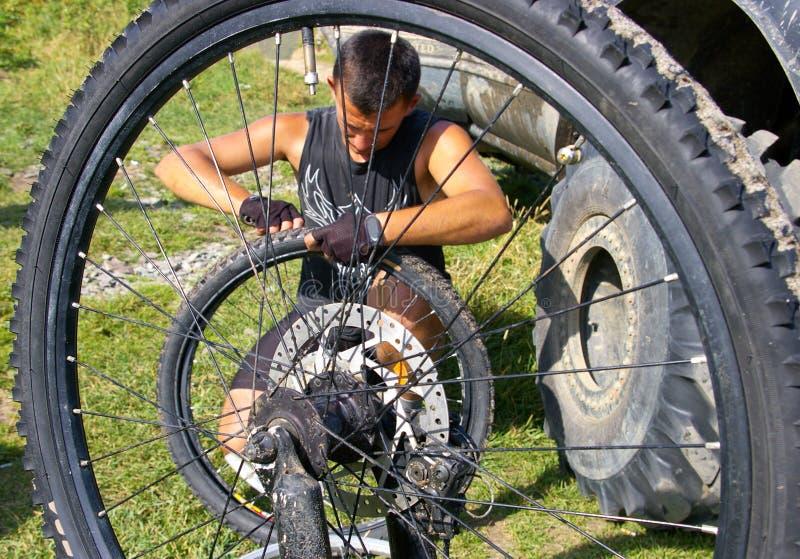 rotella di riparazione della bicicletta fotografie stock libere da diritti