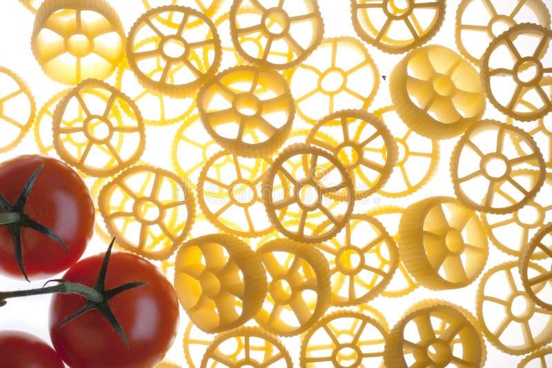 Rotelle et tomates photos stock