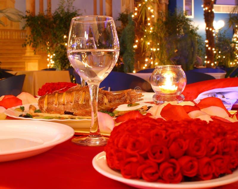 Roter Abendtisch stockfotografie