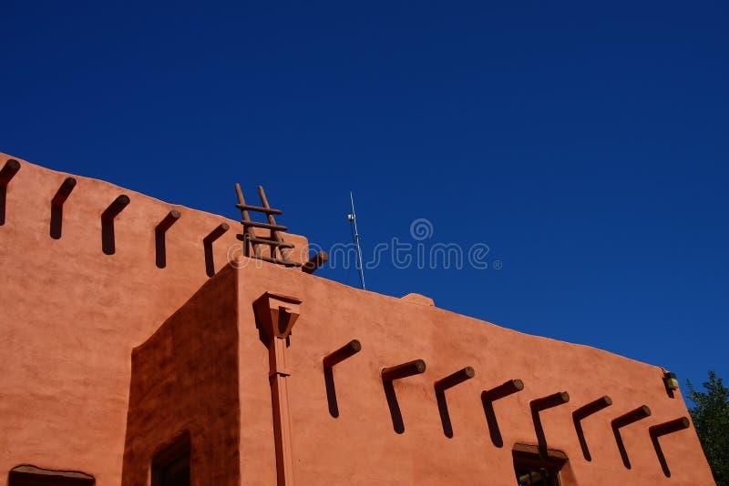 Roter Adobe auf blauem Himmel stockfoto