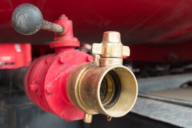 Roter alter Hydrant auf einem Löschfahrzeug stockfoto