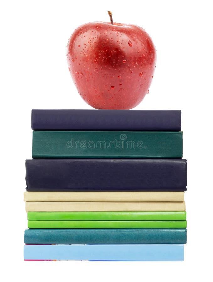 Roter Apfel auf Stapel der Bücher lizenzfreie stockfotografie