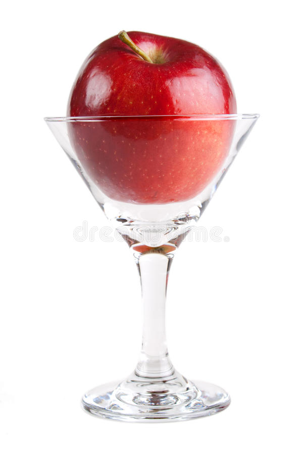 Roter Apfel im Cocktailglas stockfotos