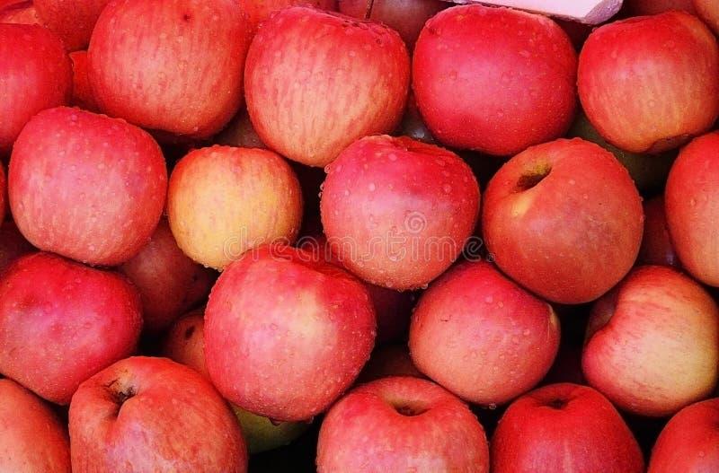 Roter Apfel am Markt lizenzfreies stockbild
