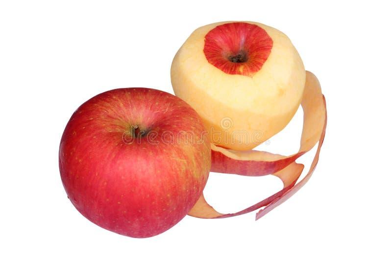 Roter Apfel mit abgezogener Haut wie einer Spirale auf weißem Hintergrund stockfotografie