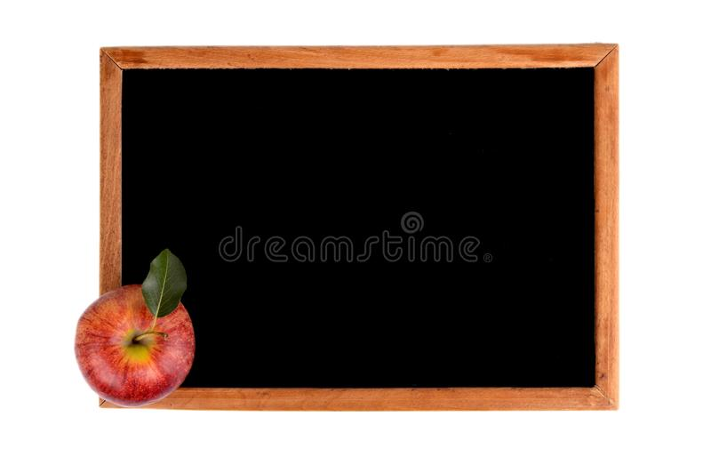 Roter Apfel mit leerer schwarzer Tafel mit Textraum stockfotografie