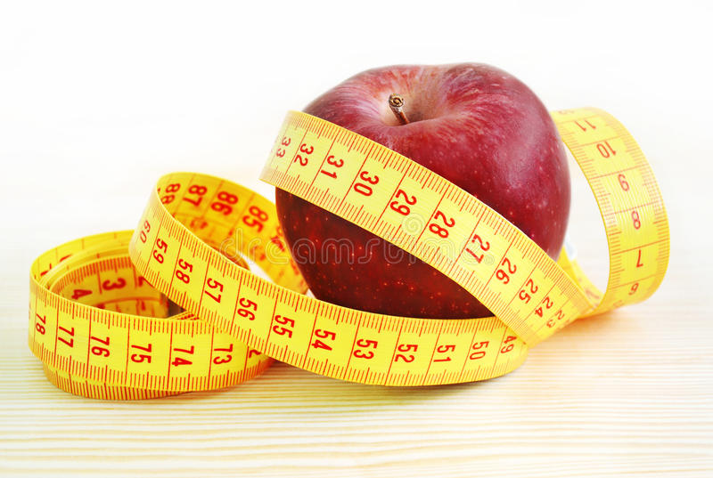 Roter Apfel mit Maßband - Diätkonzept stockfoto