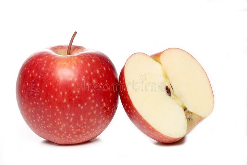 Roter Apfel und eine Hälfte des roten Apfels lokalisiert auf weißem Hintergrund lizenzfreies stockbild