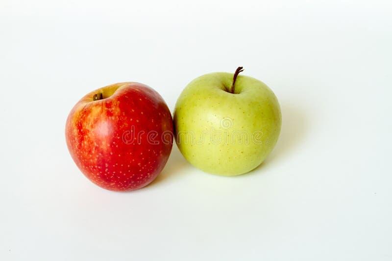 Roter Apfel und gr?ner Apfel lokalisiert stockbild