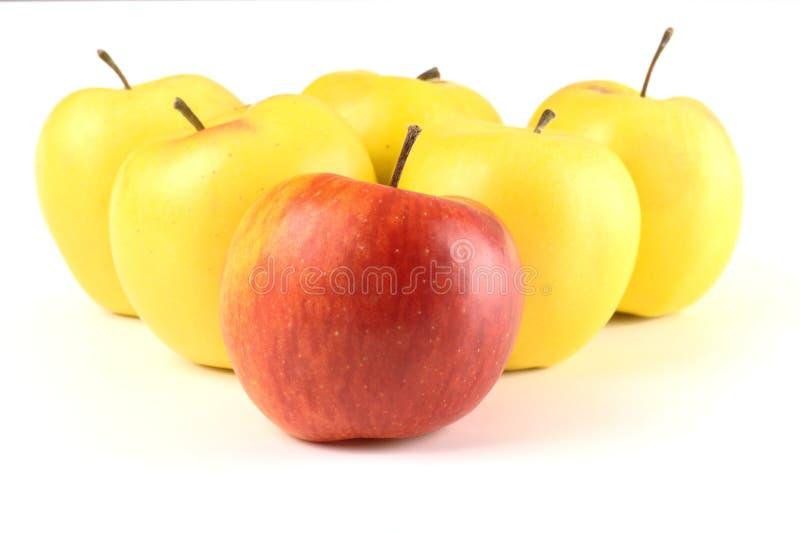 Roter Apfel unter Gelb eine stockbilder