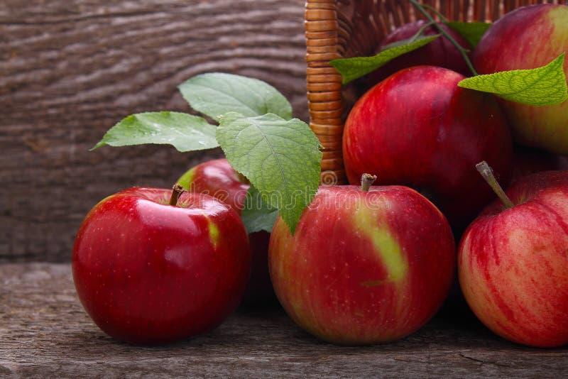 Roter Apfelfleck aus dem Korb heraus lizenzfreie stockbilder
