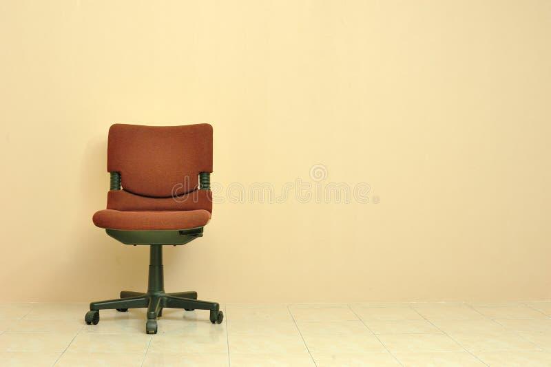 Roter Bürostuhl über hellem beige Wandhintergrund stockfoto