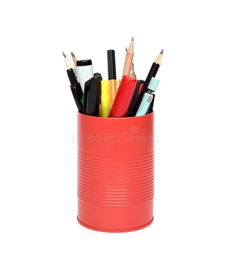 Roter Bürotopf mit Bleistiften und Stiften stockfotografie