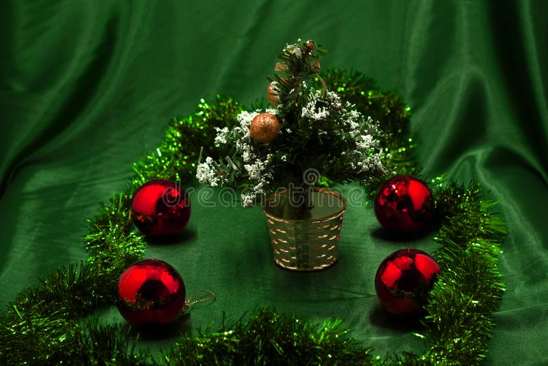 Roter Ball, der an einem Weihnachtsbaum hängt stockbild