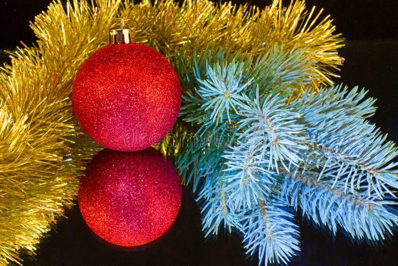 Roter Ball, Niederlassung des Weihnachtsbaumblaus und Goldlametta stockfotos