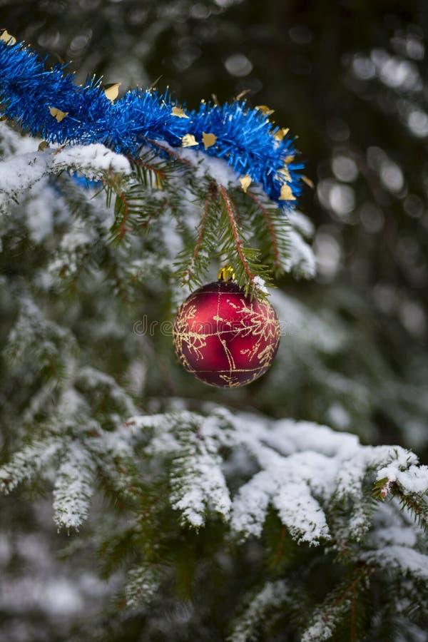 Roter Ball und blaues Lametta auf dem Weihnachtsbaum stockfotos