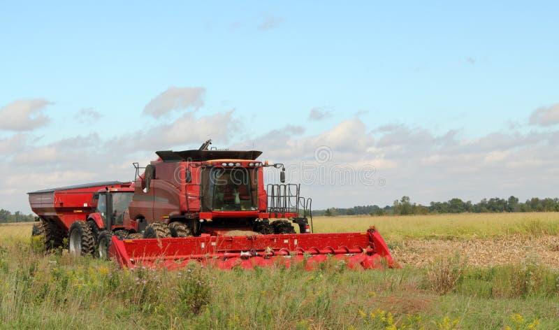 Roter Bauernhof-Mähdrescher stockbild