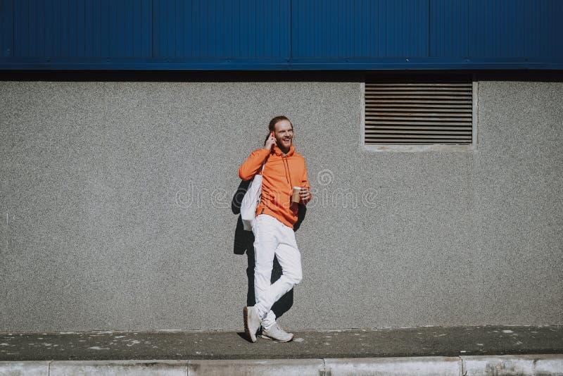 Roter behaarter Mann, der telefonisch auf Stra?e spricht lizenzfreie stockbilder