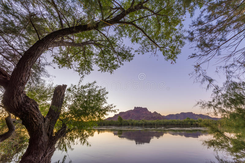 Roter Berg hinter dem Salt River stockfotos