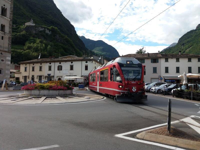Roter Bernina-Zug lizenzfreie stockfotos
