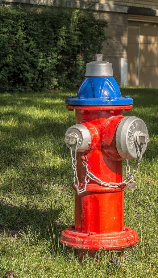 Roter blauer und silberner Hydrant stockfotos