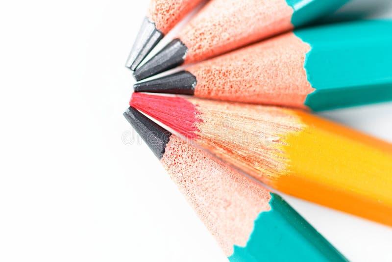 Roter Bleistift unter anderem zeichnet ein Konzept auf weißem Hintergrund an stockfoto