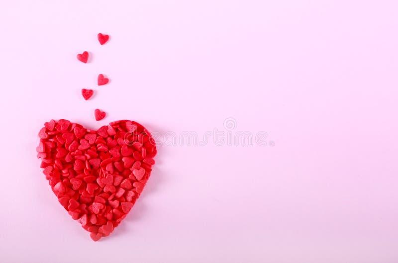 Roter Bonbon besprüht in der Herzform stockfotos