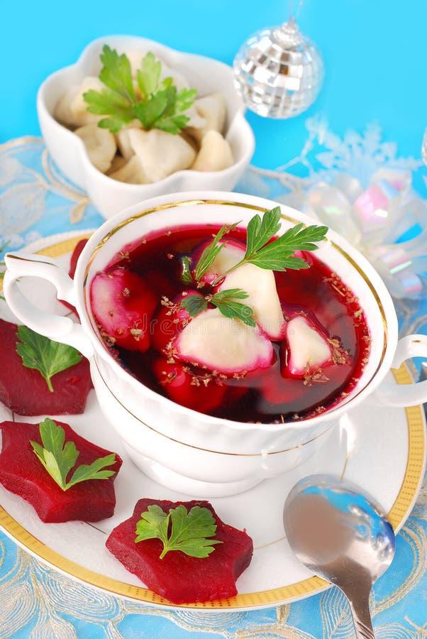 Roter Borscht mit Ravioli lizenzfreie stockfotos