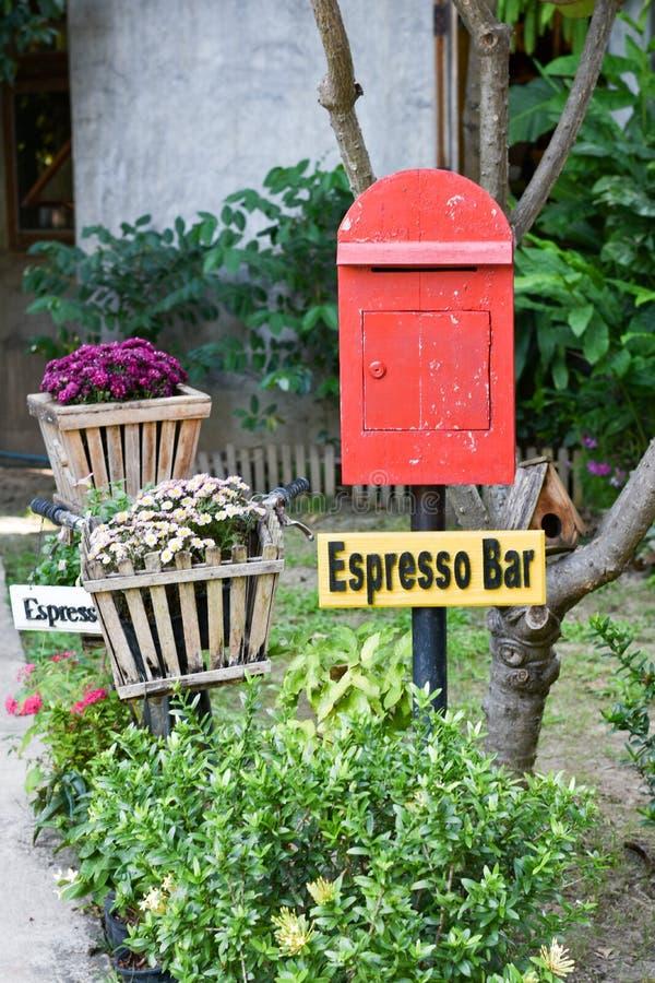 Roter Briefkasten im Garten lizenzfreie stockfotografie