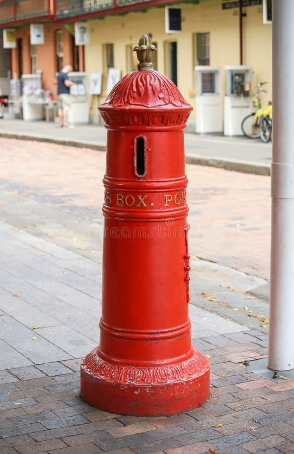 Roter Briefkasten Retro- auf Straße Roter Posten der Weinlese stockbild