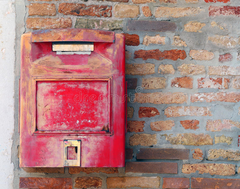 Roter Briefkasten, wo man Briefe und Postkarten verschickt stockfoto