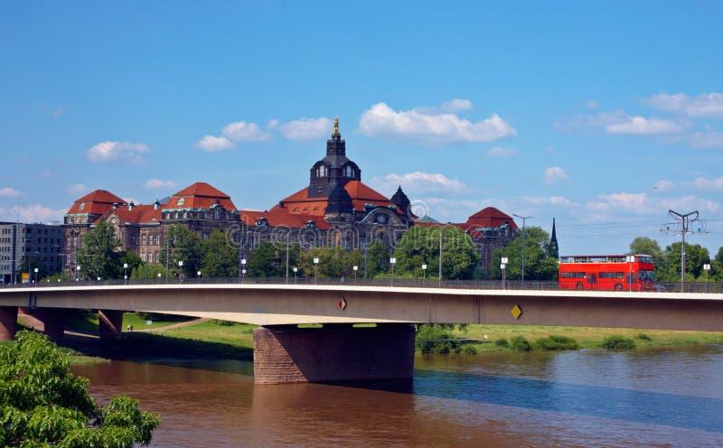Roter Bus auf einer Brücke in Deutschland lizenzfreie stockfotos