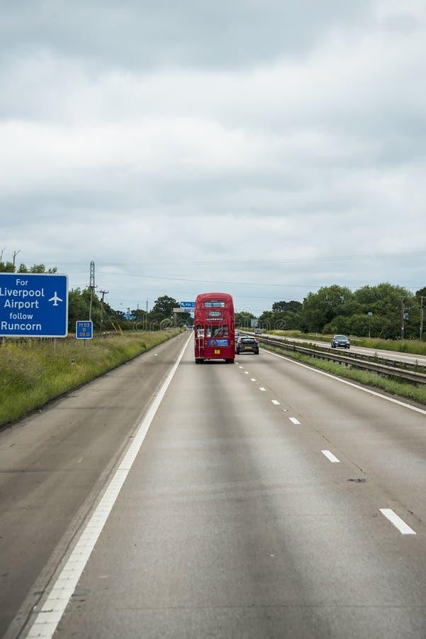 Roter Bus des Doppeldeckers auf der Autobahn in Lancashire England lizenzfreies stockbild