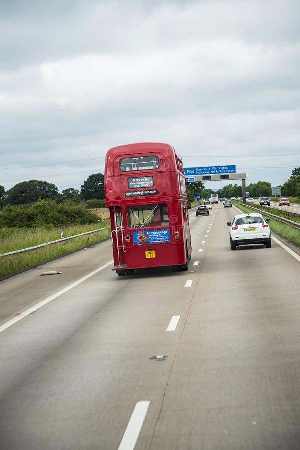 Roter Bus des Doppeldeckers auf der Autobahn in Lancashire England stockbilder