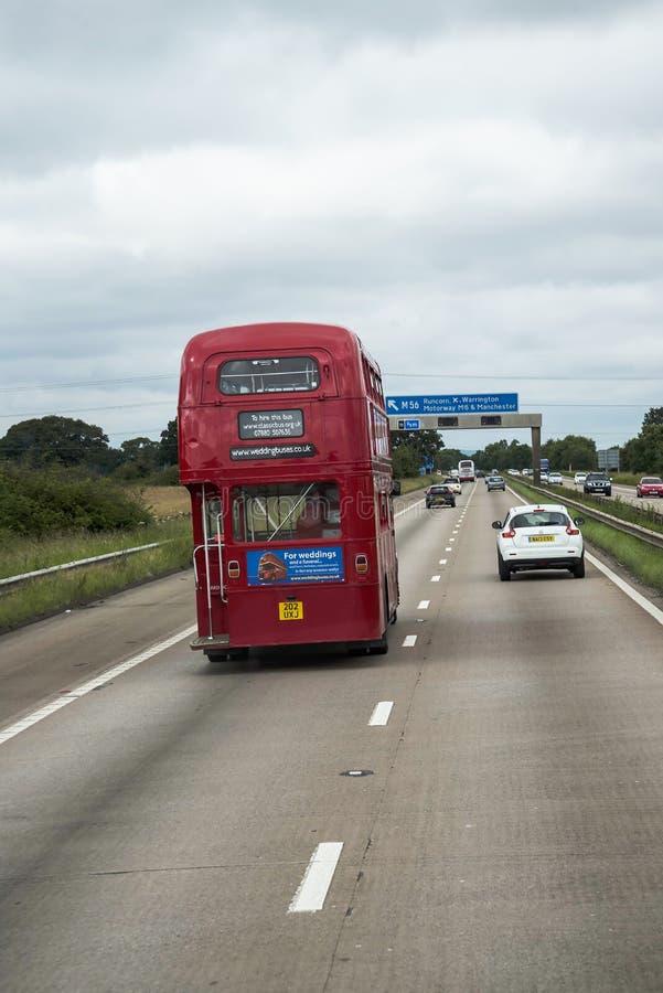 Roter Bus des Doppeldeckers auf der Autobahn in Lancashire England lizenzfreie stockfotografie