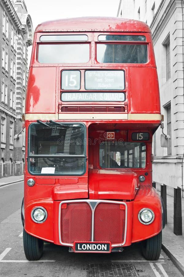Roter Bus in London-Straße lizenzfreie stockbilder