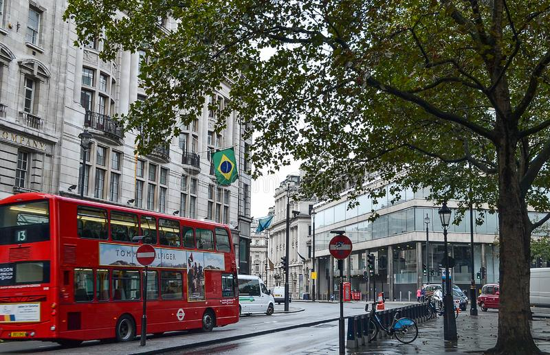 Roter Bus London-Straße, Fahrrad, auf Gebäudeflagge von Brasilien lizenzfreie stockfotografie