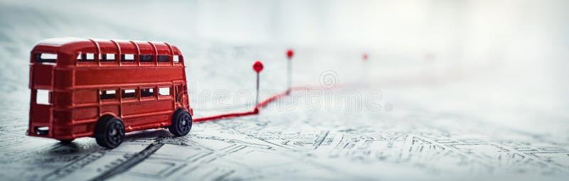Roter Bus, Pins und Route auf einer Karte der Stadt Konzept für Abenteuer, Entdeckung, Navigation, Kommunikation, lizenzfreie stockfotografie