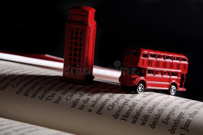 Roter Bus und ein Telefonstand stockbild