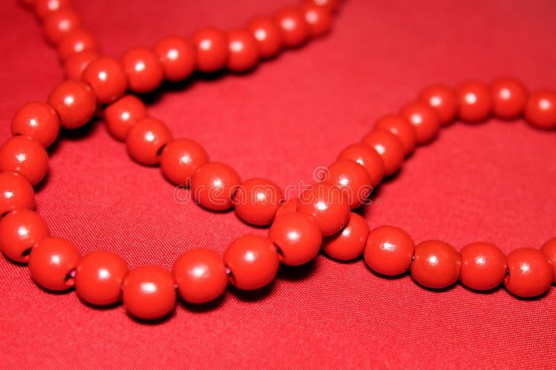 Roter Chaplet mit großen Perlen stockbilder