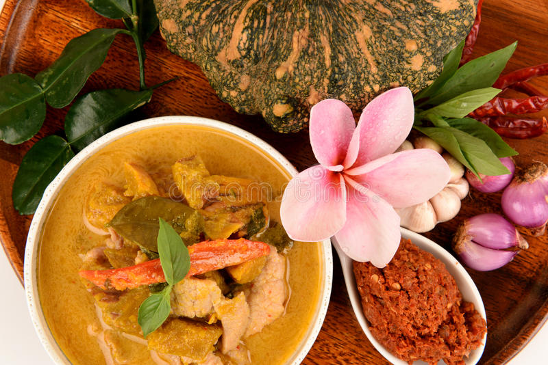 Roter Curry mit Schweinefleisch und Kürbis und Bestandteil: Kürbis, Schweinefleischscheibe, Paprikapaste, Basilikum, thailändisch stockfotos