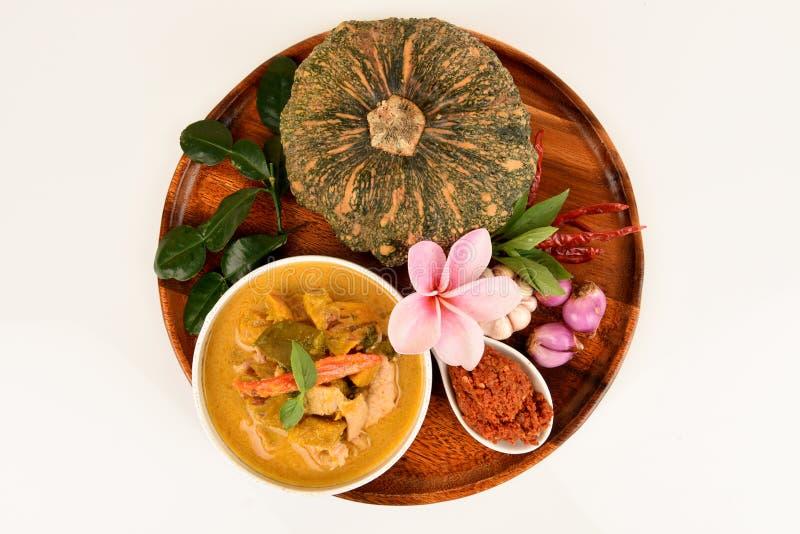 Roter Curry mit Schweinefleisch und Kürbis und Bestandteil: Kürbis, Schweinefleischscheibe, Paprikapaste, Basilikum, thailändisch lizenzfreie stockfotografie